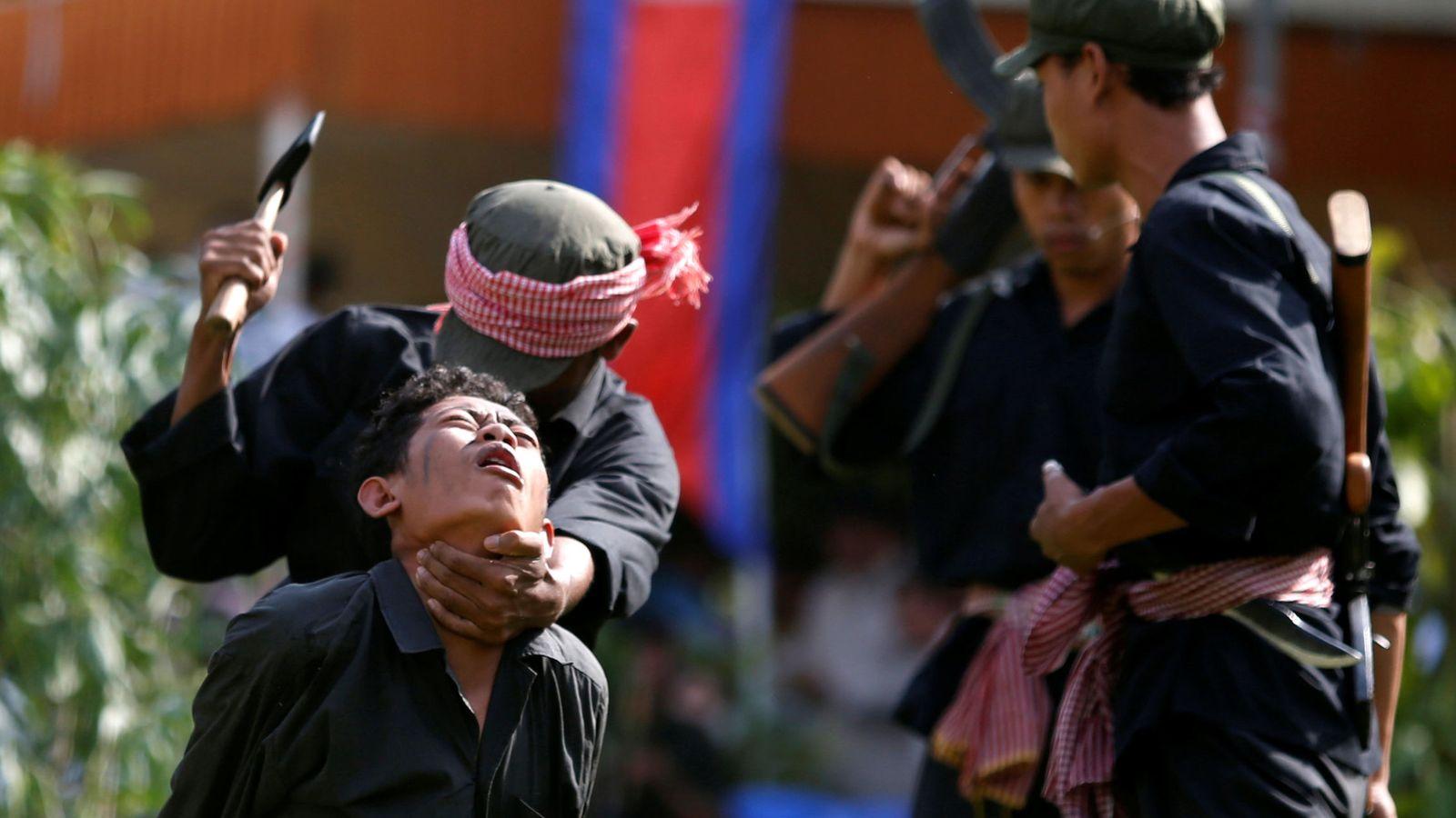 """Foto: Un grupo de actores recrea las matanzas de los Jemeres Rojos en una obra durante el """"Día de la Ira"""" en la que cada año los supervivientes del genocidio recrean a las víctimas. (Reuters)"""