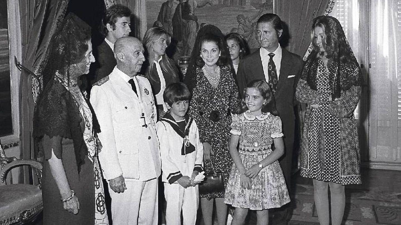 Carmen con su marido, sus padres y sus hijos. (EFE)