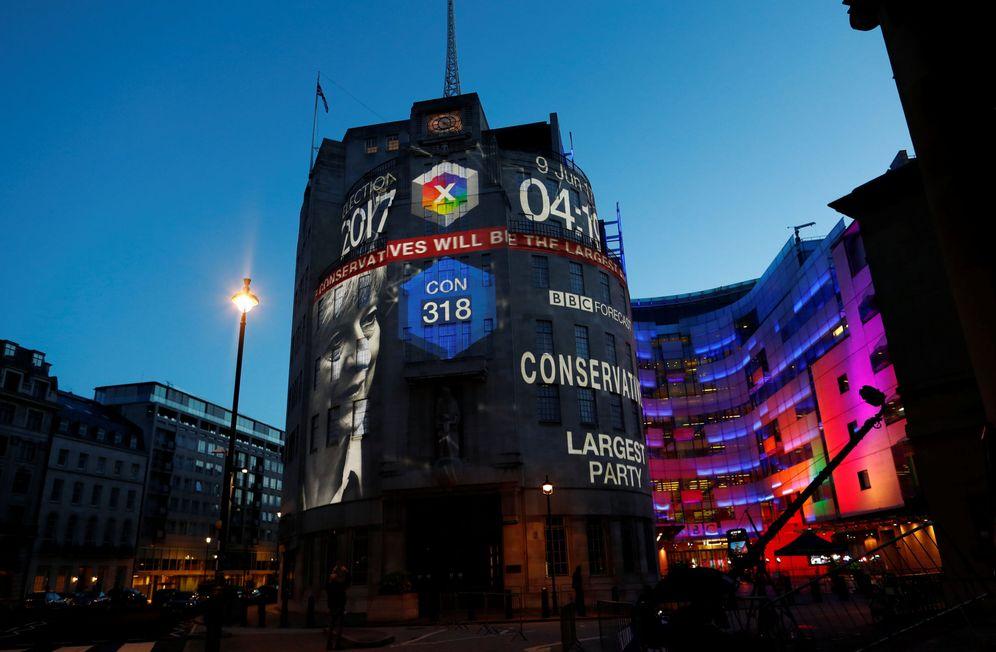 Foto: El edificio central de la BBC, iluminado con los resultados de las elecciones generales, el 9 de junio de 2017. (Reuters)