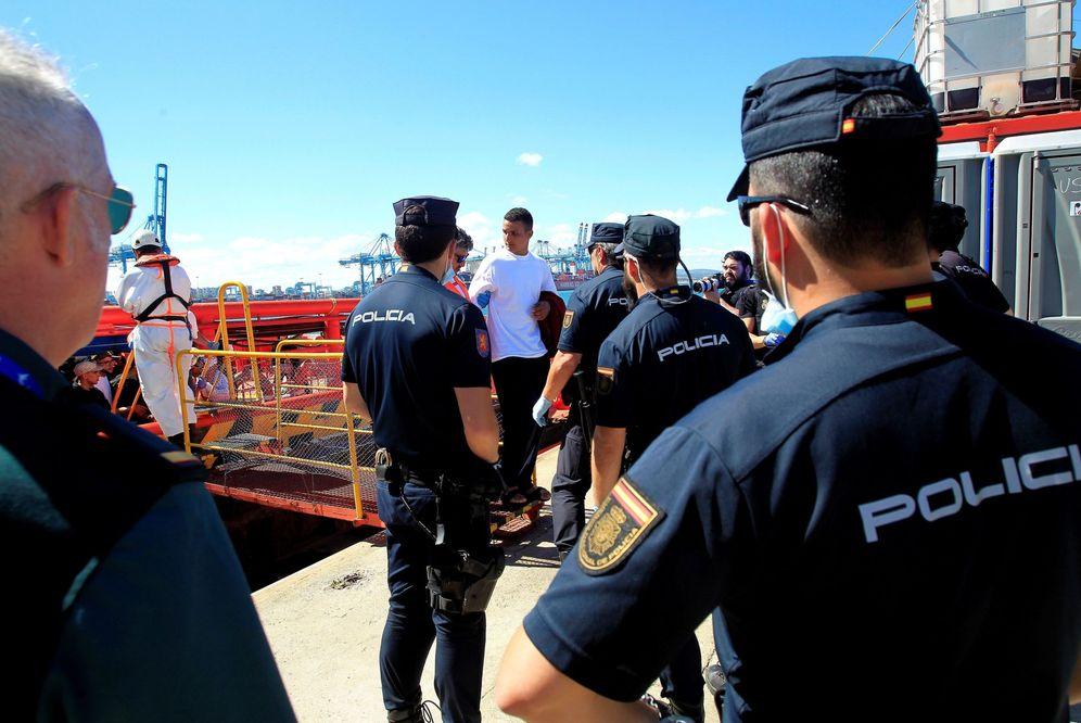 Foto: Llegada de la embarcación de Salvamento marítimo Luz de Mar al puerto de Algeciras (Cádiz) con 103 inmigrantes de origen marroquí, que han sido rescatados en aguas del Estrecho. (EFE)