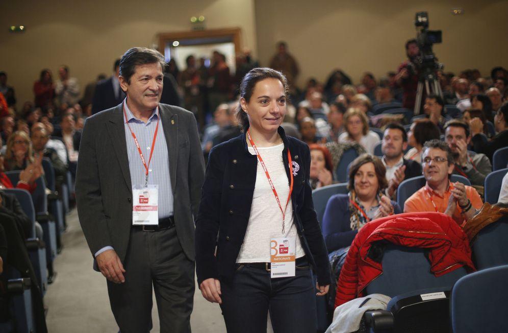 Foto: Javier Fernández, a su llegada este sábado al foro económico del PSOE, acompañado de la líder del PSOE-M, Sara Hernández. (EFE)