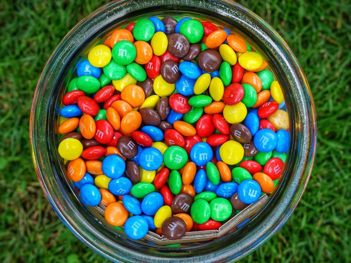Foto: Apilar estos caramelos no es tan fácil como parece (Robert Anasch para Unsplash)