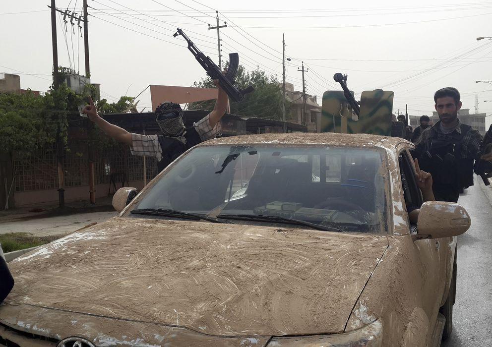 Foto: Combatientes del Estado Islámico de Irak y Siria celebran en las calles de Mosul la conquista de la ciudad el pasado 12 de junio (Reuters).