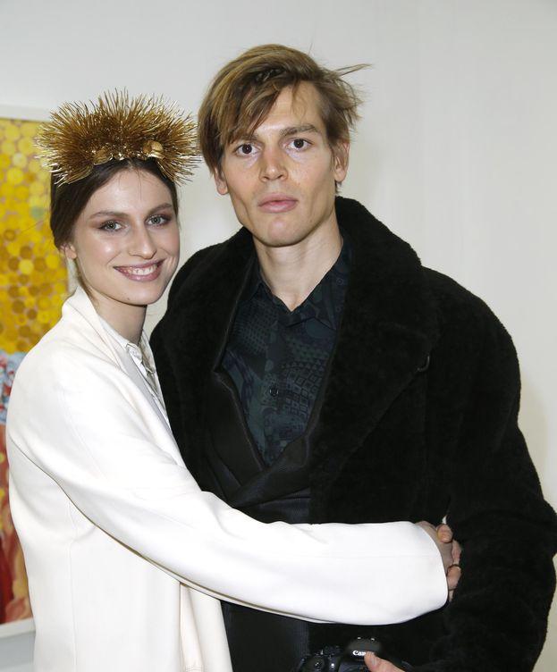 Foto: Tali Lennox junto a su novio Ian Jones durante la presentación de una de sus exposiciones de pintura (Gtres)