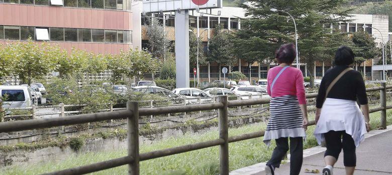 Foto: Dos mujeres caminan junto a la factoría de la empresa Fagor  (Efe)