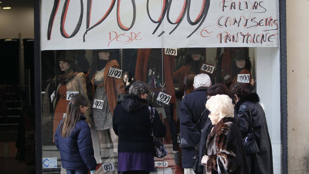 Foto: Una tienda de ropa muestra un cartel con los descuentos que aplica a sus artículos. (EFE)