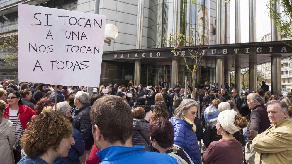 Foto: Cientos de personas protestan por la sentencia contra La Manada. (EFE)