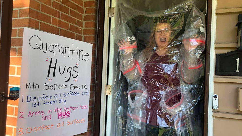Una maestra se las ingenia para abrazar a sus estudiantes pese al coronavirus