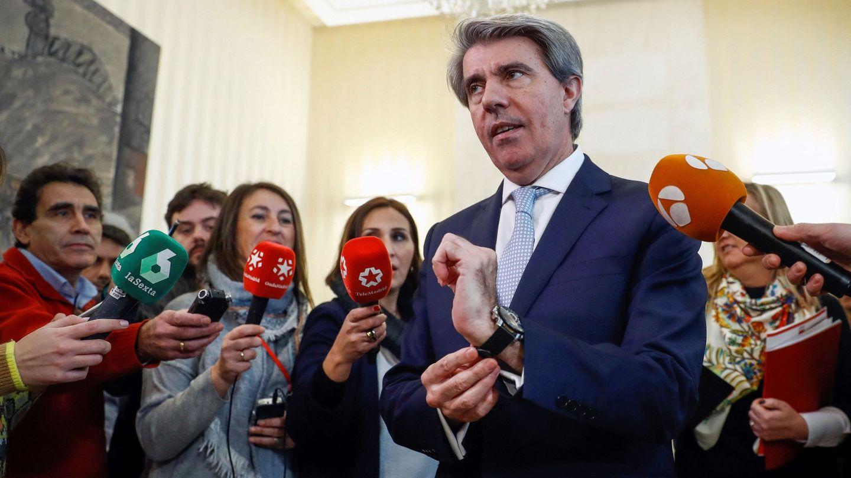 El presidente de la Comunidad de Madrid, Ángel Garrido, realiza declaraciones tras la reunión ayer con los dirigentes del gremio del taxi. (EFE)