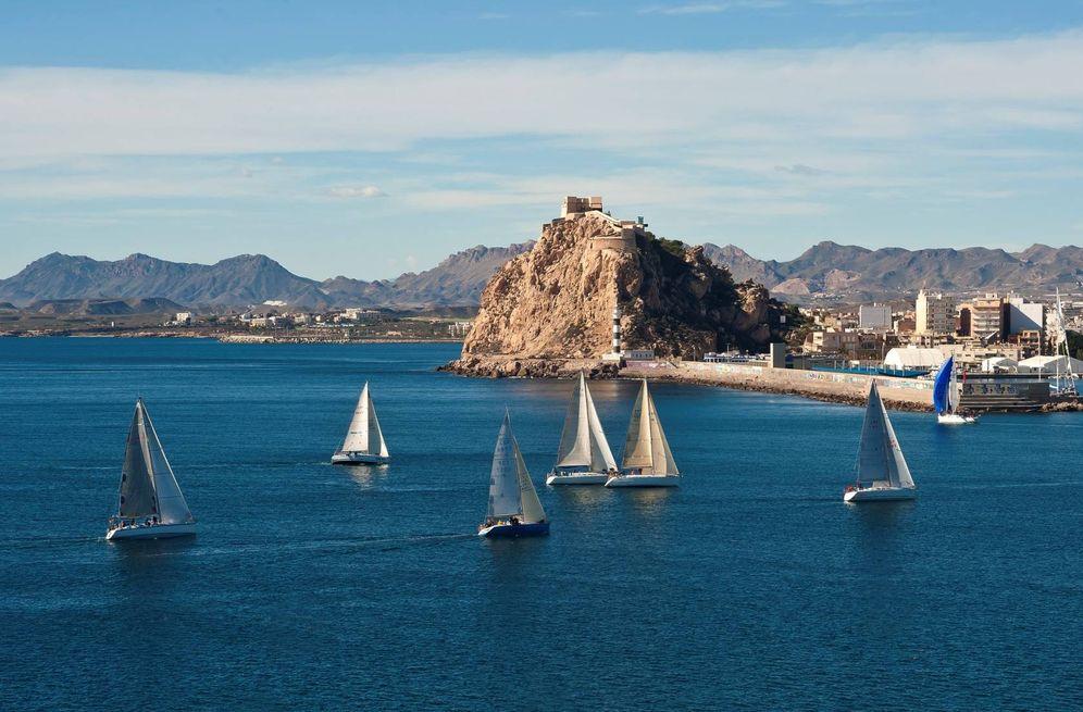 Foto: Una marina de Águilas con el castillo de fondo. (Foto: Gabriel Muñiz)