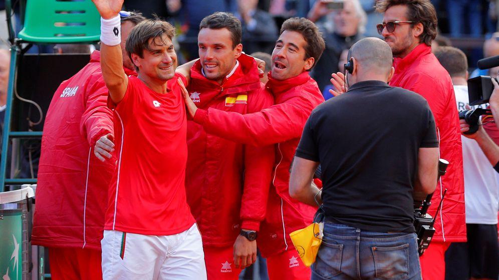 Foto: Ferrer, felicitado por sus compañeros. (Reuters)