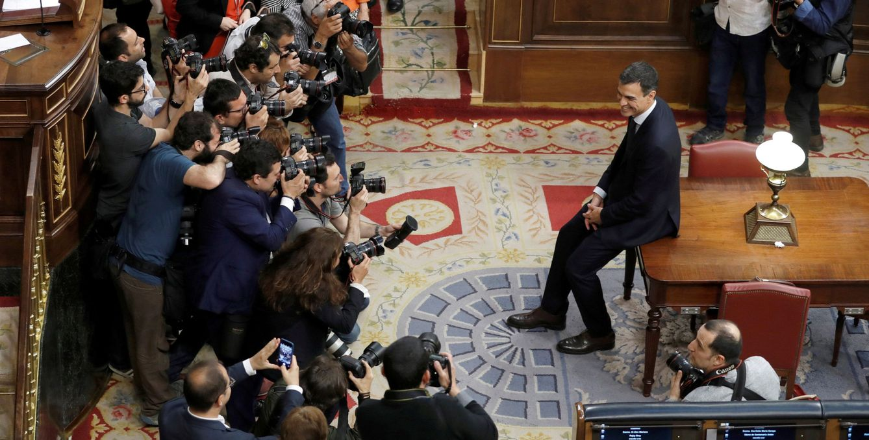 Foto: Pedro Sánchez, fotografiado por los reporteros gráficos tras su investidura como presidente del Gobierno, este 1 de junio en el Congreso. (Reuters)
