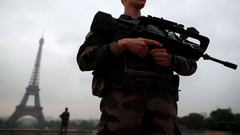 Soldados franceses custodian la torre Eiffel como parte del plan de seguridad 'Sentinelle', en mayo de 2017. (Reuters)
