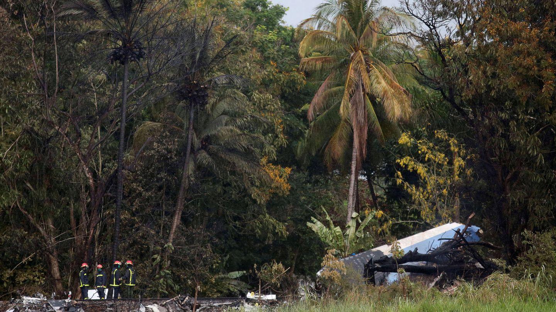 Bomberos trabajan junto a los restos del Boeing 737 accidentado a las afueras de La Habana, el 18 de mayo de 2018. (Reuters)