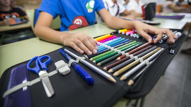 'El abecedario del diablo' llega al colegio: Casi le arrancan las uñas con las tijeras