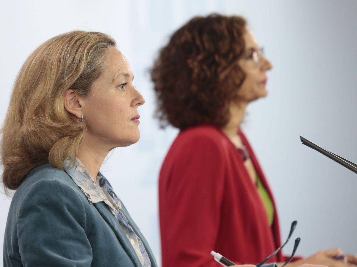 Foto: La vicepresidenta de Asuntos Económicos (i), Nadia Calviño, y la ministra de Hacienda (d), María Jesús Montero. (EFE)