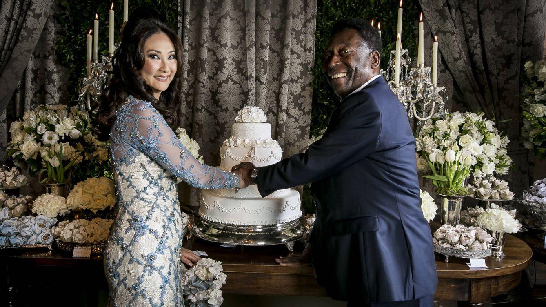Foto: Pelé y Marcia Cibele Aoki ya convertidos en marido y mujer (EFE)