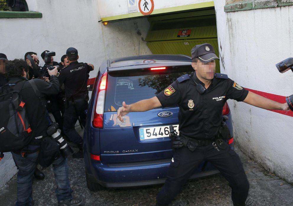 Foto: Un coche policial camuflado traslada al presunto pederasta de Ciudad Lineal. (EFE)