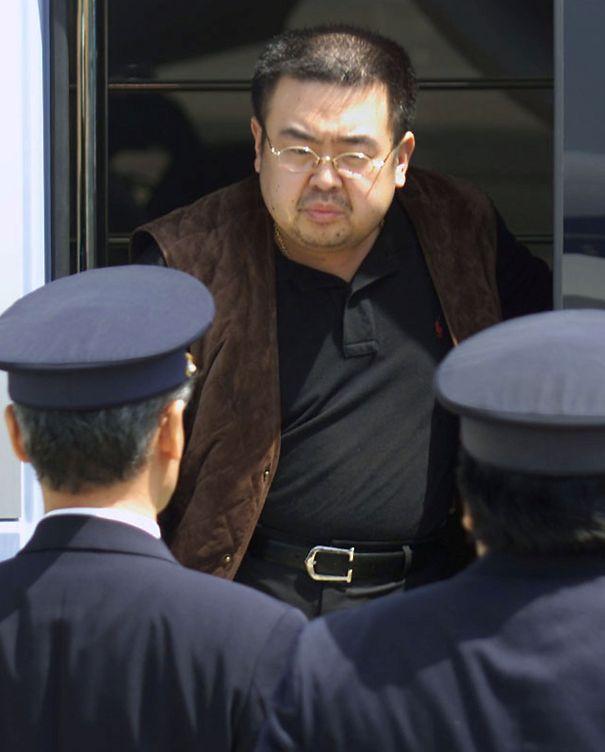 Foto: Kim Jong-nam sale de un autobús escoltado por agentes japoneses durante su deportación de Japón. (Reuters)