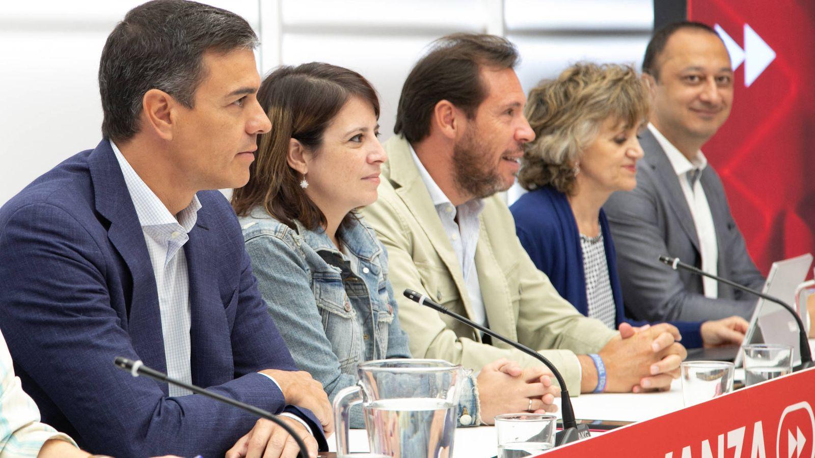 Foto: Pedro Sánchez, con Adriana Lastra, Óscar Puente, Luisa Carcedo y Alfonso Rodríguez Gómez de Celis, este 2 de septiembre en la reunión de la ejecutiva federal, en Ferraz. (Eva Ercolanese   PSOE)
