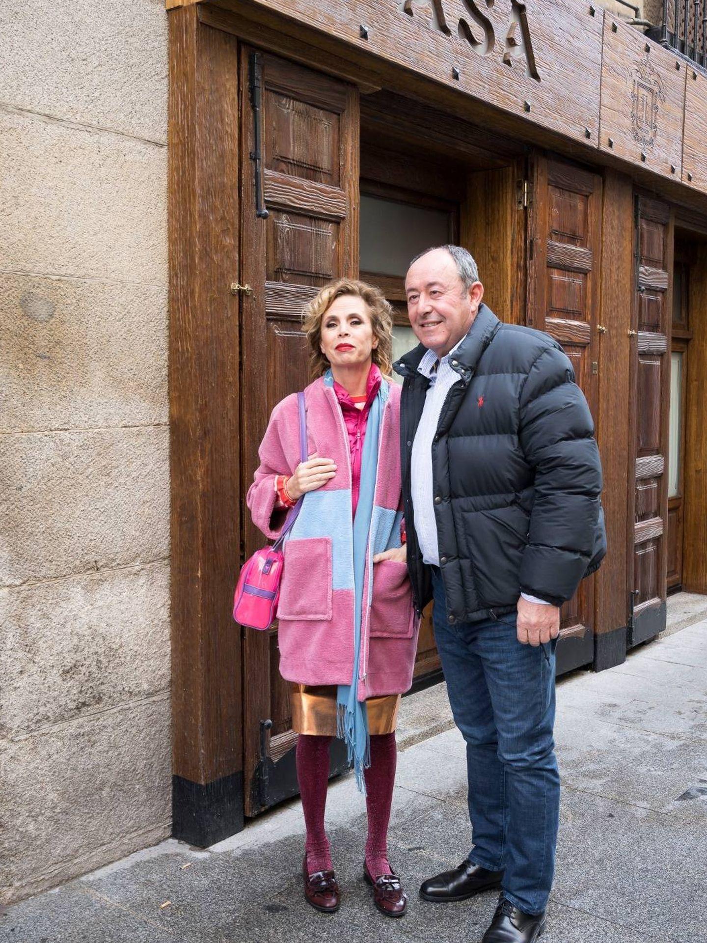 La pareja, a la entrada de Casa Lucio. (Elio Valderrama)