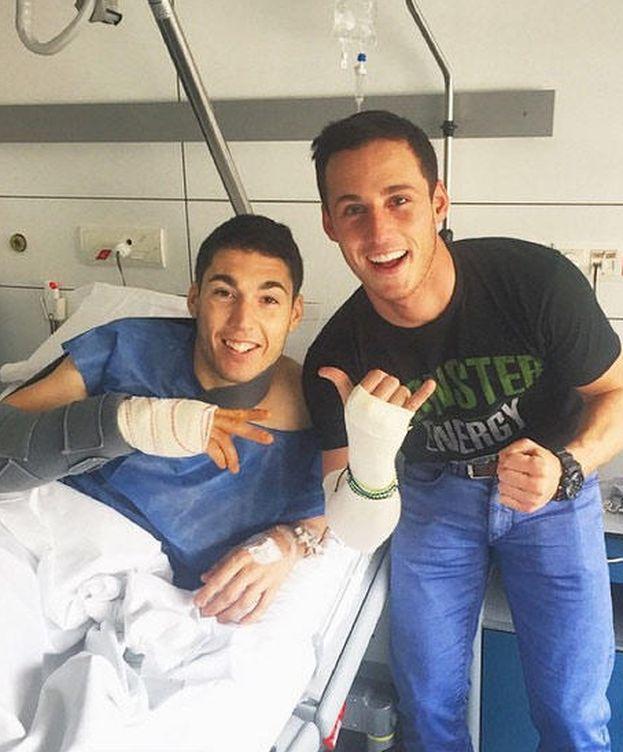 Foto: Aleix Espargaró en el hospital con su hermano Pol (Instagram)