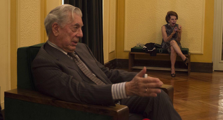 Foto: Mario Vargas Llosa y su mujer de fondo