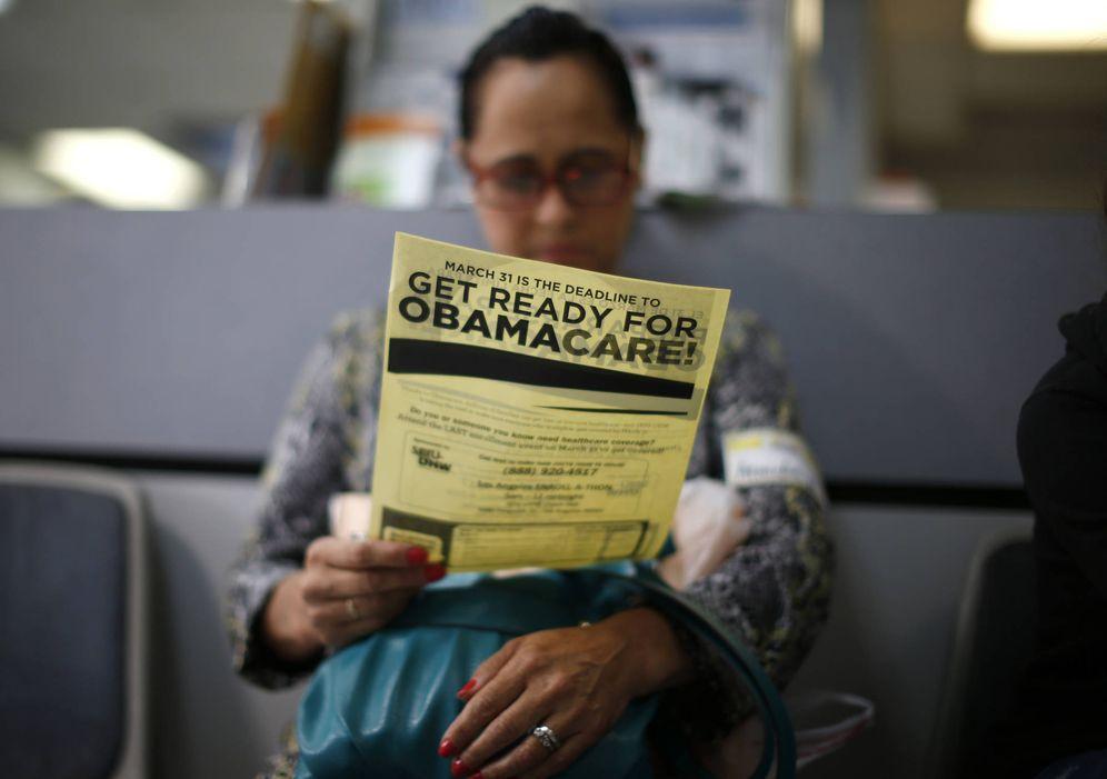 Foto: Arminda Murillo, de 54 años, lee un folleto sobre el Obamacare en una clínica de Cudahy, California (Reuters).