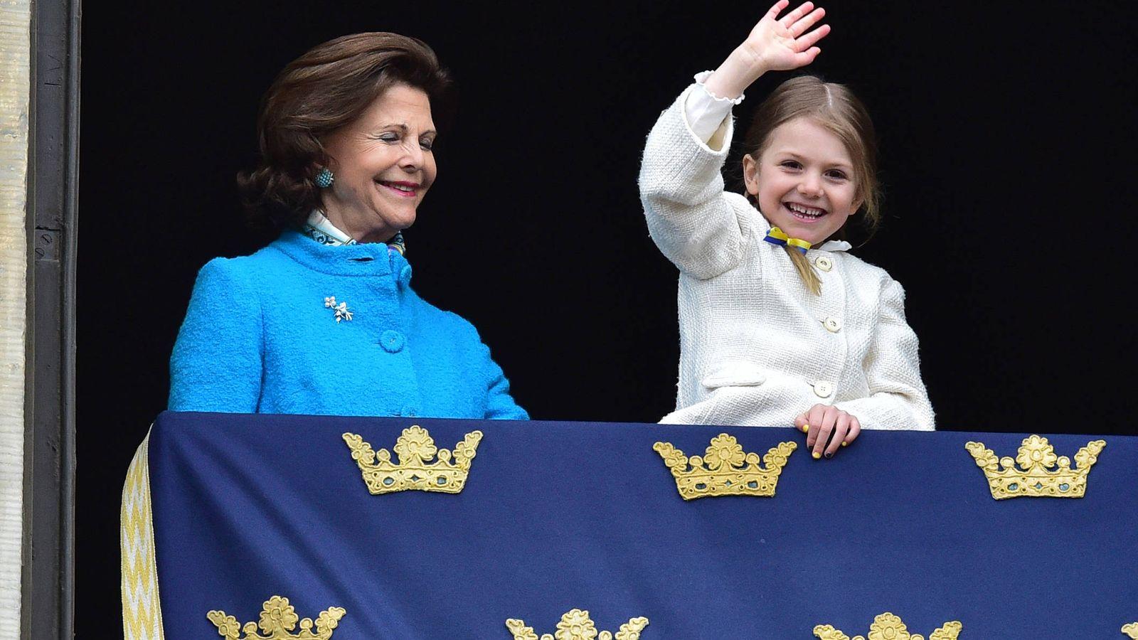 Foto: Estelle saluda ante la mirada de su abuela. (Gtres)
