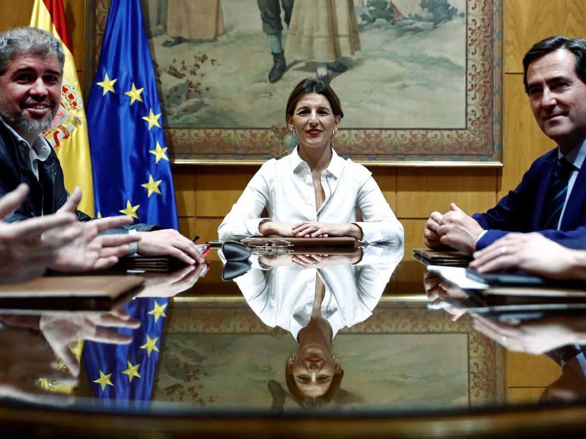 Foto: La titular de Trabajo, Yolanda Díaz, flanqueada por los representantes de patronal y sindicatos. (EFE)