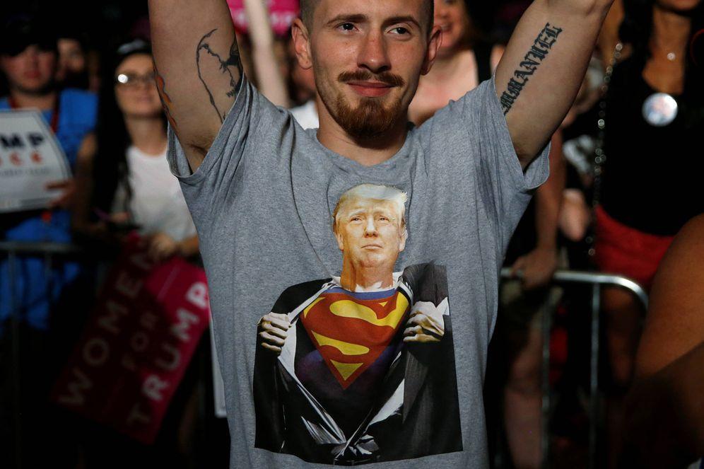 Foto: Un simpatizante de Donald Trump durante un mitin de campaña en Pensacola, Florida (Reuters).