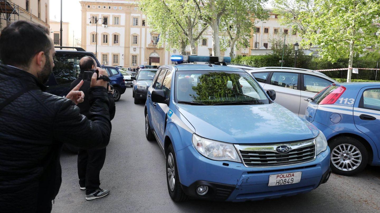 Varios coches de la Policía trasladan a detenidos de la Cosa Nostra. (EFE)