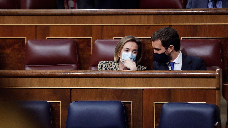 Pablo Casado conversa con su portavoz en el Congreso, Cuca Gamarra. (EFE)