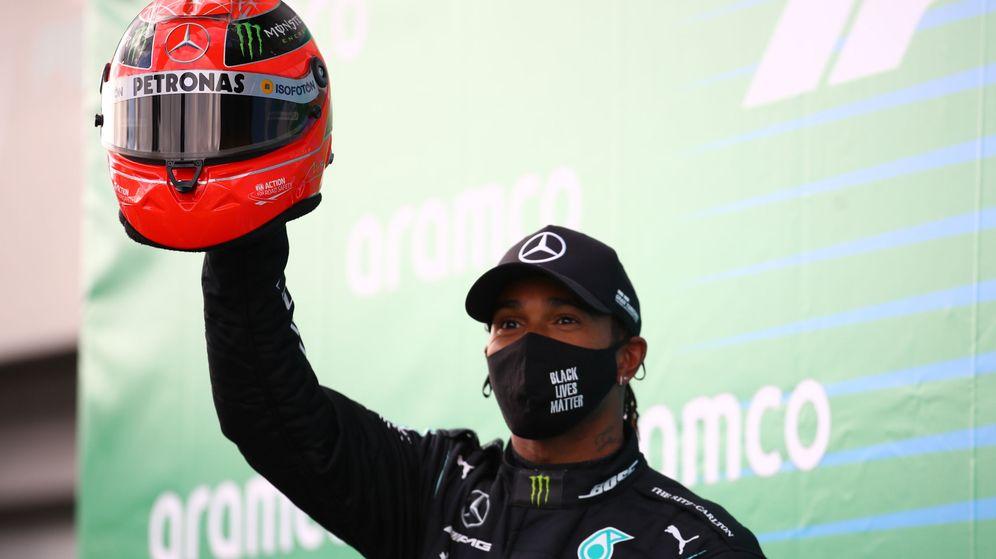 Foto: Hamilton celebró su triunfo con el caso de Michael Schumacher. (Reuters)