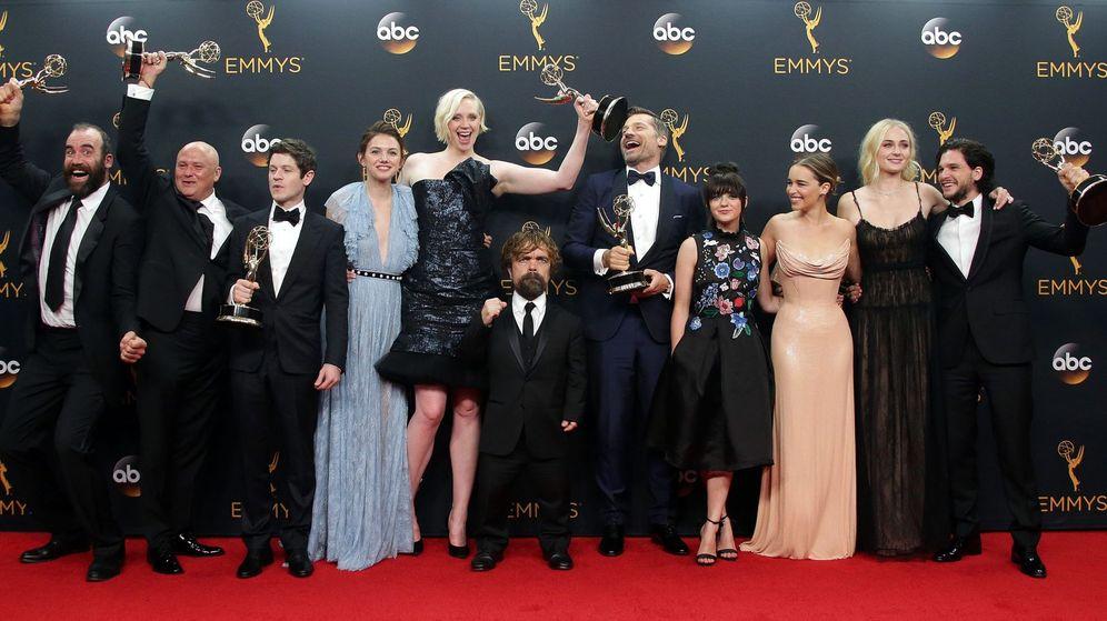 Foto: El equipo de 'Juego de Tronos' posa con sus Emmy en el Microsoft Theater de Los Ángeles. Foto: EFE EPA MIKE NELSON