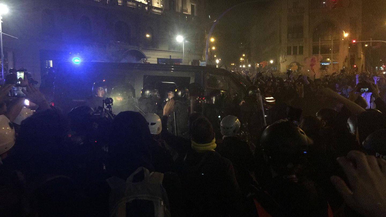 Primeras cargas policiales en Via Laietana. (Marcos García Rey)