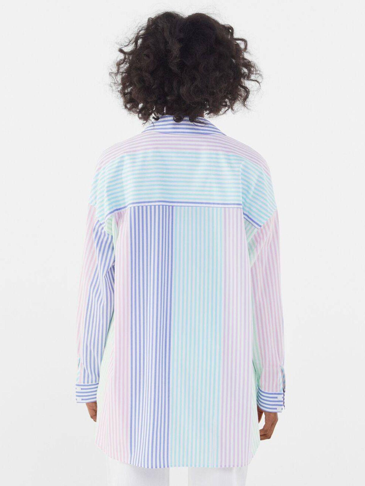 La camisa de rayas de Bershka. (Cortesía)