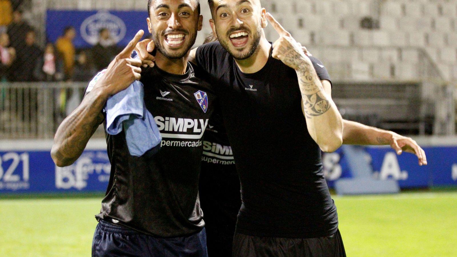Foto: Los jugadores del Huesca, Carlos Akapo y Álvaro Vadillo, celebran el ascenso a Primera división tras ganar en Lugo. (EFE)