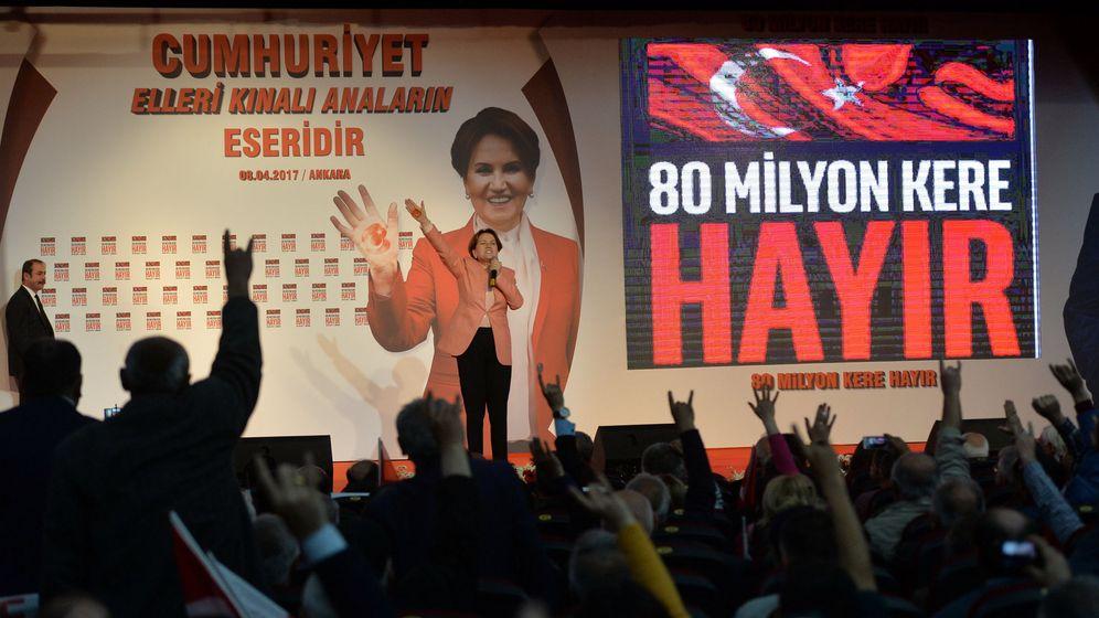 Foto: Meral Aksener durante un acto de campaña a favor del 'No' en el referéndum de reforma constitucional en Turquía, en Ankara, el 8 de abril de 2017. (Reuters)