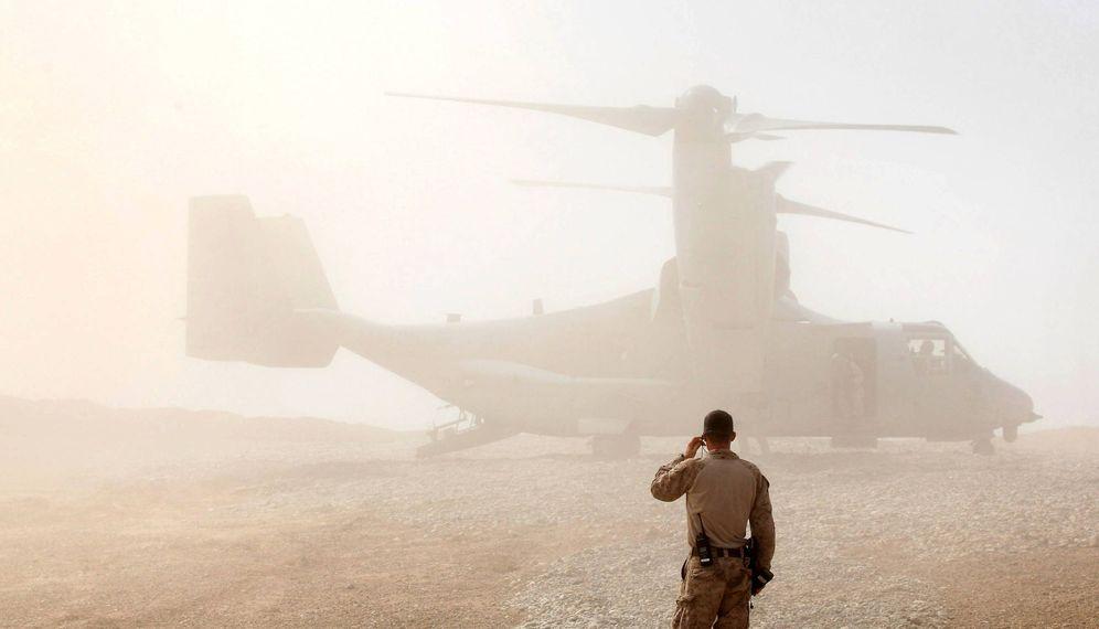 Foto: Un marine de EEUU observa un helicóptero estadounidense en la Base Shukvani, en Afganistán. (Reuters)
