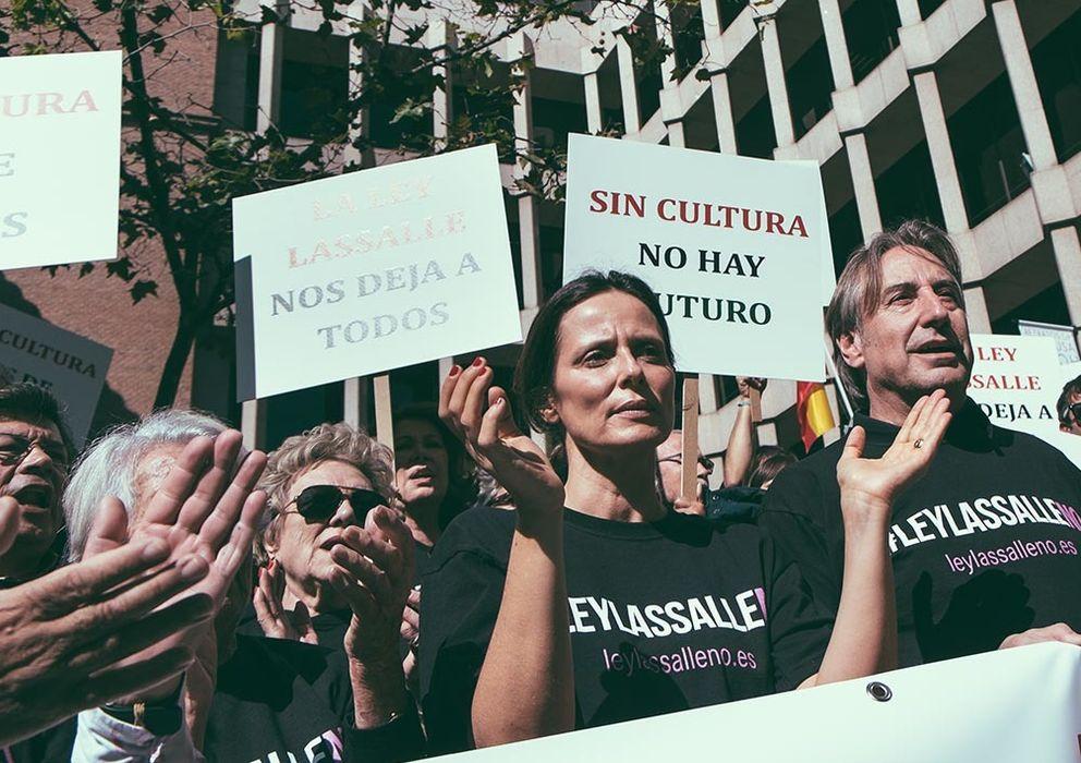 Foto: Asunción Balaguer (tapada), Aitana Sánchez-Gijón y Juanjo Puigcorbé, en la concentración entre otros actores. Fotografía: PABLO LÓPEZ LEARTE