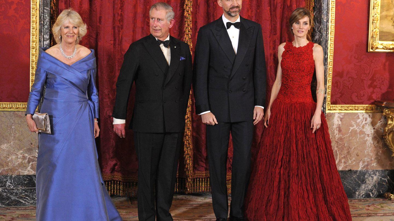 Los Reyes junto a Carlos y Camilla. (Gtres)