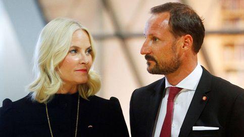 Haakon, Mette-Marit y Marta Luisa, unidos por la tristeza en el funeral de su tío
