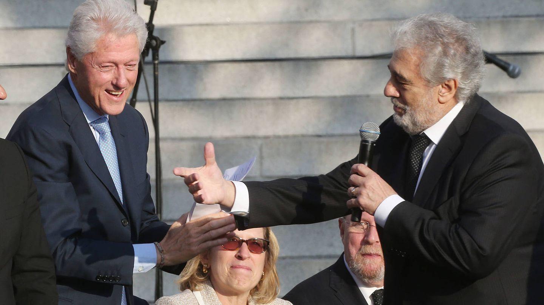 Bill Clinton saluda a Plácido Domingo en Los Angeles. (Getty)