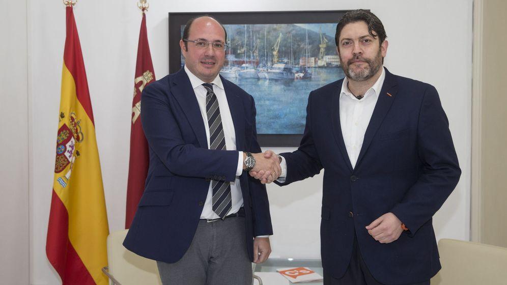 Foto: El presidente de la Región de Murcia, Pedro Antonio Sánchez (i), junto al lider regional de Ciudadanos, Miguel Sánchez. (EFE)