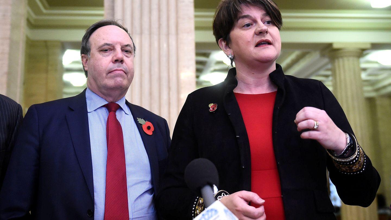 Los líderes del DUP Arlene Foster y Nigel Dodds, en una rueda de prensa en Belfast, el 2 de noviembre de 2018. (Reuters)