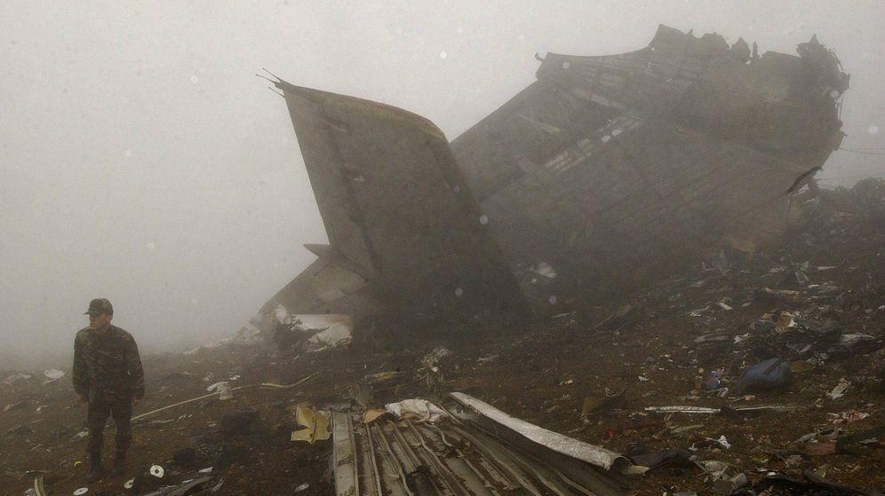 Foto: Fotografía de archivo tomada en Trabzon (Turquía), el 27 de mayo de 2003, del lugar del accidente del avión Yakolev 42. (EFE)