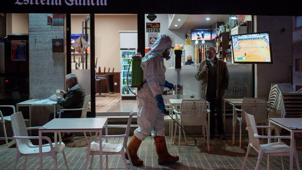Foto: Desinfección de las calles de Ourense durante el presente confinamiento perimetral. (EFE)