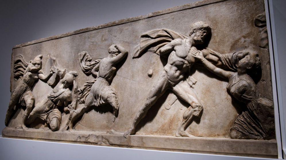 Foto: Friso con una batalla entre griegos y amazonas, hallado en el Mausoleo Halicarnaso, 350 AC, una de las piezas de la exposición ¡Agon!, (CaixaForum / British Museum)