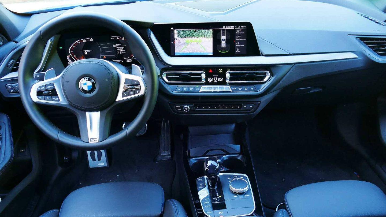 Puesto de conducción característico de los nuevos modelos BMW con sus dos grandes pantallas